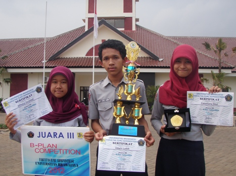 Aifatuz-Edwin-Catte-Juara-III-Bisnis-Plan-Univ.-Brawijaya-Malang-2012