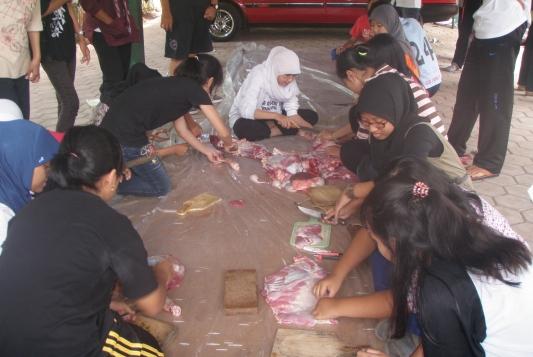 Penyembelihan-Hewan-Qurban-di-SMAN-10-Malang-Kampus-1