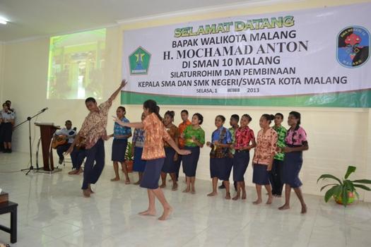 Persembahan-Tarian-Anak-Papua-untuk-Abah-Anton1