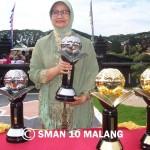 Penghargaan di depan Balaikota Malang