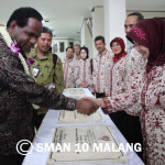 Ibu Niken bersama Menteri Lingkungan Hidup Prof. DR. Balthasar Kambuaya, MBA, meresmikan BIOGAS SMAN 10 Malang