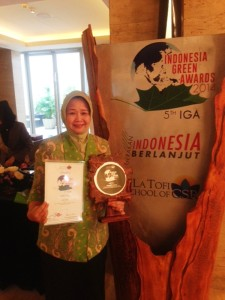 Ibu Niken Asih Santjojo - Kepala SMAN 10 Malang Penerima Indonesia Green Awards - Green School 2014