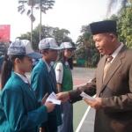 Bapak Kepala Sekolah, Drs. Tri Suharno, M.Pd memberikan penghargaan kepada para siswa yang berprestasi