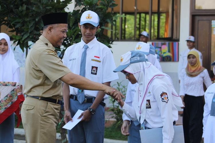 Penyerahan hadiah atas pemenang lomba design logo Leadership Academy oleh Bapak Tri Suharno, kepala sekolah.