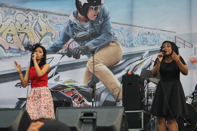 Akustik, Adiena Shafa (baju merah) dan Rizqila Nungky (baju hitam)