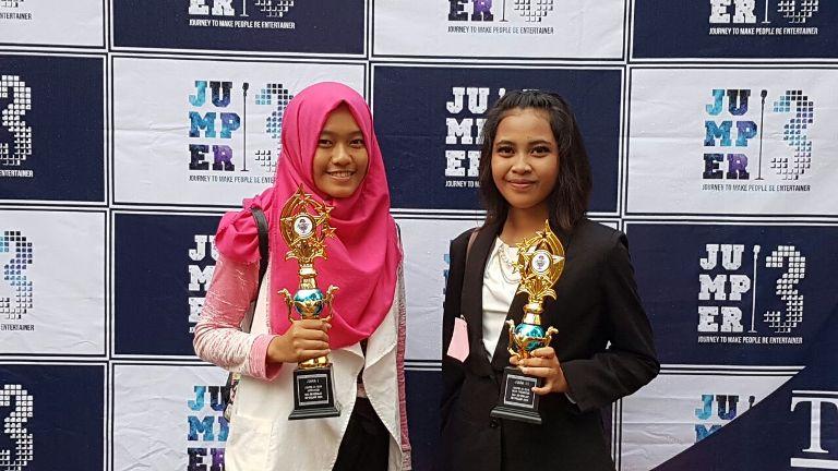 Annisya Lintang Sari (Juara 1 Announcer) & Arum Safitri (Juara 3 News Presenter)