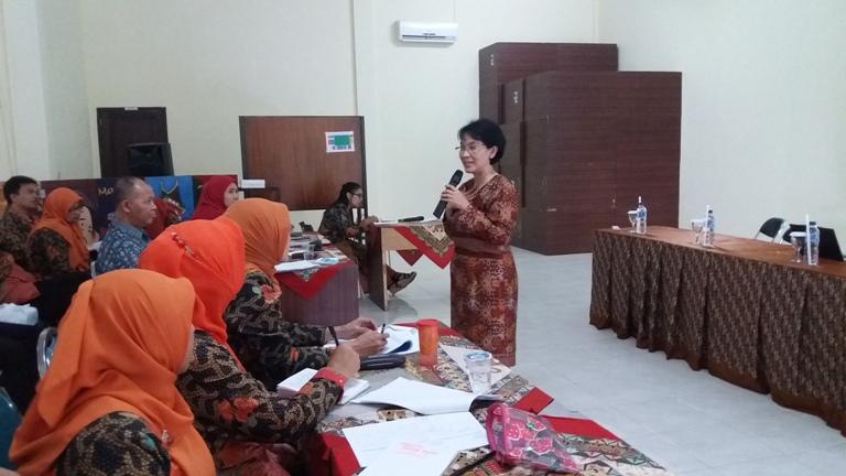 Foto 2 - Presentasi Ibu Ninik, Pengawas Sekolah SMAN 10 Malang