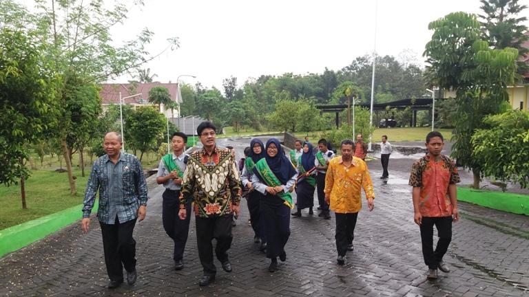 Bapak Kepala Diknas Propinsi Jatim Berkeliling di SMAN 10 Malang Kampus 2