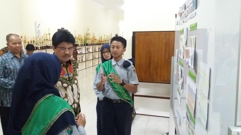Bapak Saiful Rachman dipandu oleh Tim Pemandu Siswa