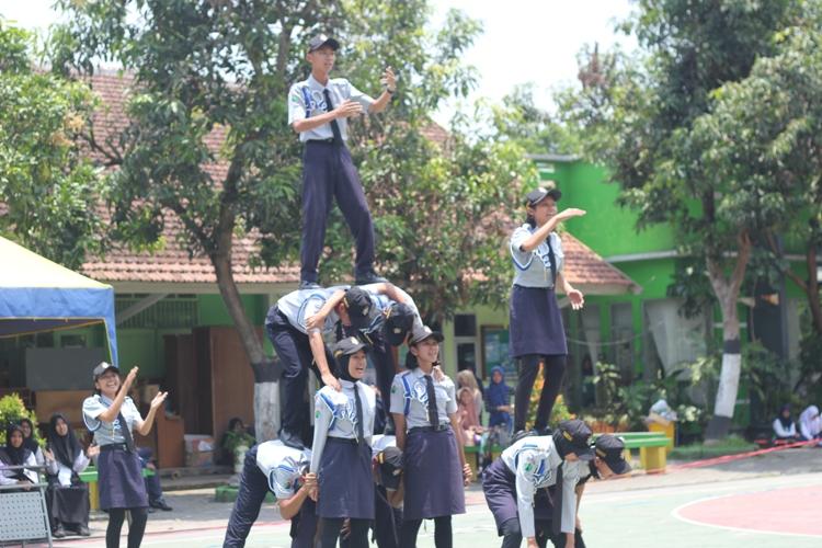 Penampilan Tim Paskibra SMAN 10 Malang