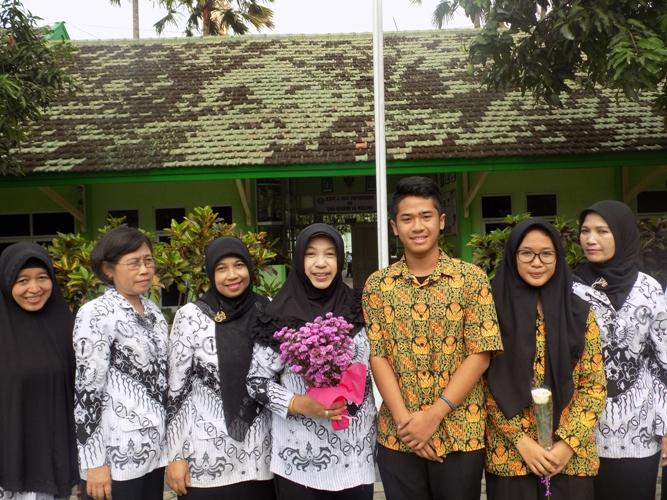 Pemberian bunga oleh Ketua OSIS dan Ketua MPK kepada Para Guru