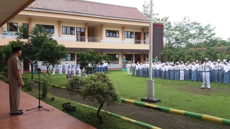 Amanah Pembina Upacara - Kepala SMAN 10 Malang - Drs. Tri Suharno