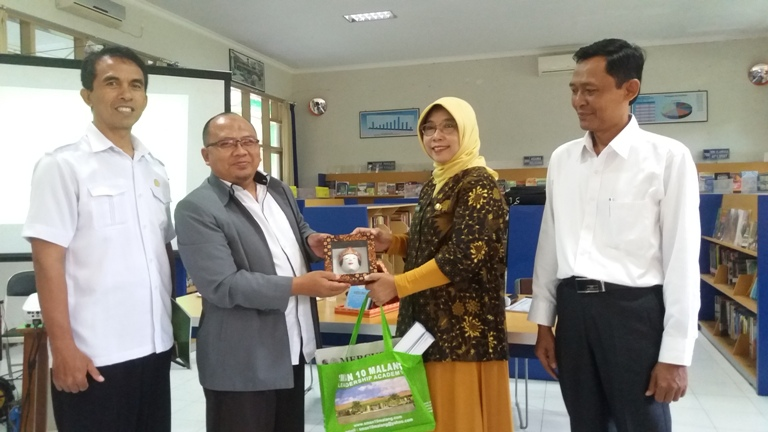 Serah Terima Souvenir Tamu Kunjungan Studi Banding oleh Ibu Kepala SMAN 10 Malang