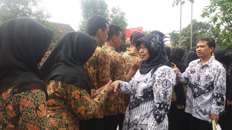 Salam salaman dengan Bapak Ibu Guru