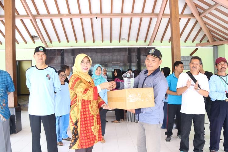 Foto 11 - Penyerahan Cinderamata oleh Kepala SMAN 10 Malang Ibu Dra. Dwi Lestari, MM kepada Pengurus Desa Slamparejo
