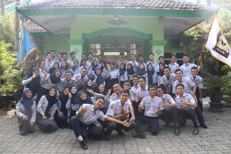 Foto Bersama Pengurus OSIS - MPK Lama dan Baru