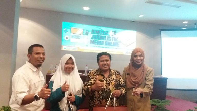 Para Pemenang Lomba Menulis Artikel Bimtek Jurnalistik Media Online, P. Yudi Fahmin (batik) dan Aliffati (jilbab putih) dari SMAN 10 Malang