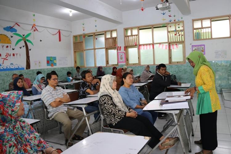 Pembagian raport siswa oleh Walikelas masing-masing